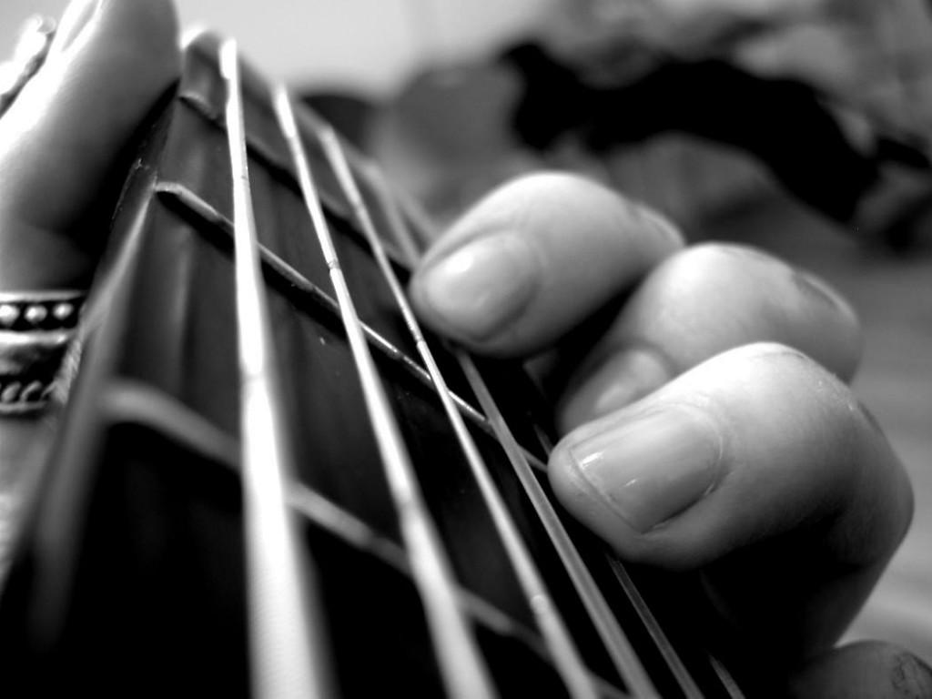 ¿Cómo se deben llevar las uñas para tocar la guitarra?