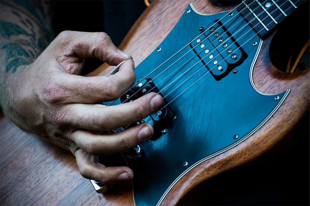 Tocar la guitarra eléctrica: historia y curiosidades