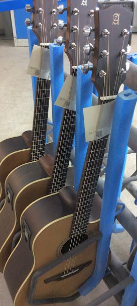 Guitariste choisit la guitare acoustique